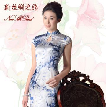 白底 梅花 喷绘 重缎旗袍